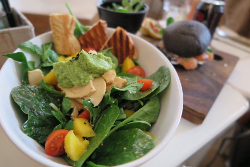 Ensaladas de hojas verdes con salsa de palta y almendras laminadas